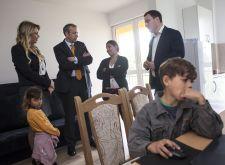 Ambasador Evropske unije uručio porodicama ključeve za korišćenje 32 socijalna stana u Mislođinu